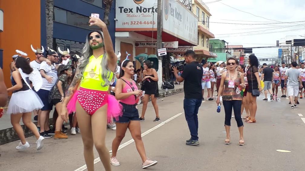 Jovem tira foto durante concentração do desfile da BVQQ em Porto Velho.  — Foto: Pedro Bentes/G1