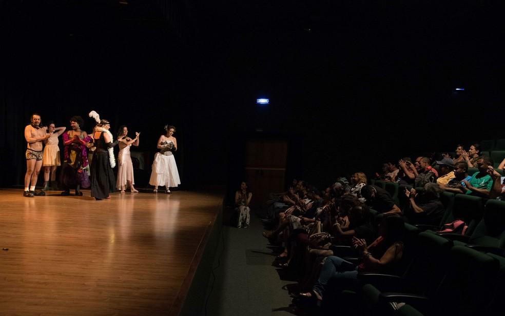 Peça de teatro apresentada em Brasília com audiodescrição para pessoas com deficiência visual (Foto: Thiago Sabino/Divulgação)