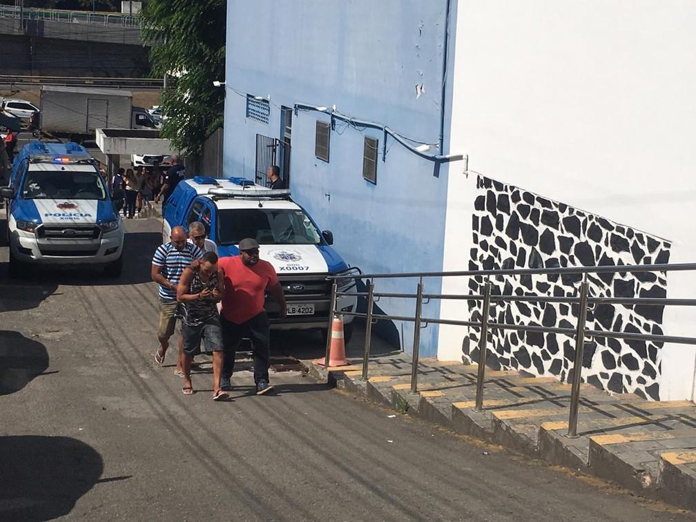 Paulo Sérgio (de camisa listrada) passou por audiência de custódia nesta terça-feira (9), em Salvador â?? Foto: João Souza/ G1