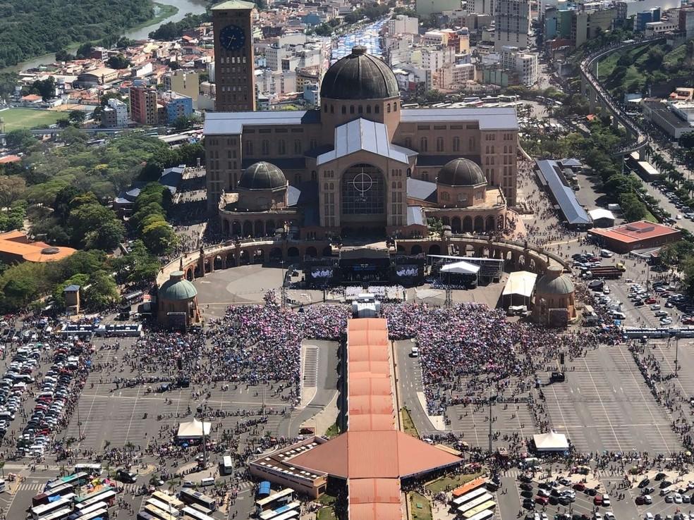 Fiéis lotam Santuário Nacional de Aparecida no Dia da Padroeira (Foto: André Rosa/TV Vanguarda)