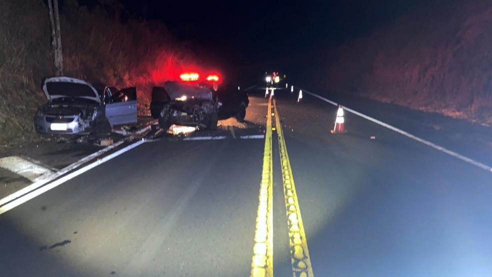 Batida frontal entre dois carros foi registrada na Rodovia Júlio Budiski (SP-501), km 16,4, em Álvares Machado — Foto: Polícia Rodoviária