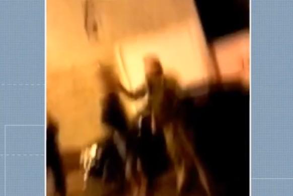 Vídeo mostra PMs empurrando e batendo no rosto de jovem em abordagem, em Moreira Sales