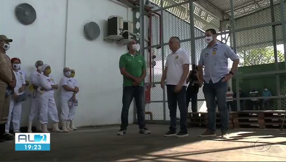 Alfredo Gaspar (MDB) visitou fábrica no Tabuleiro do Martins — Foto: Reprodução TV Gazeta