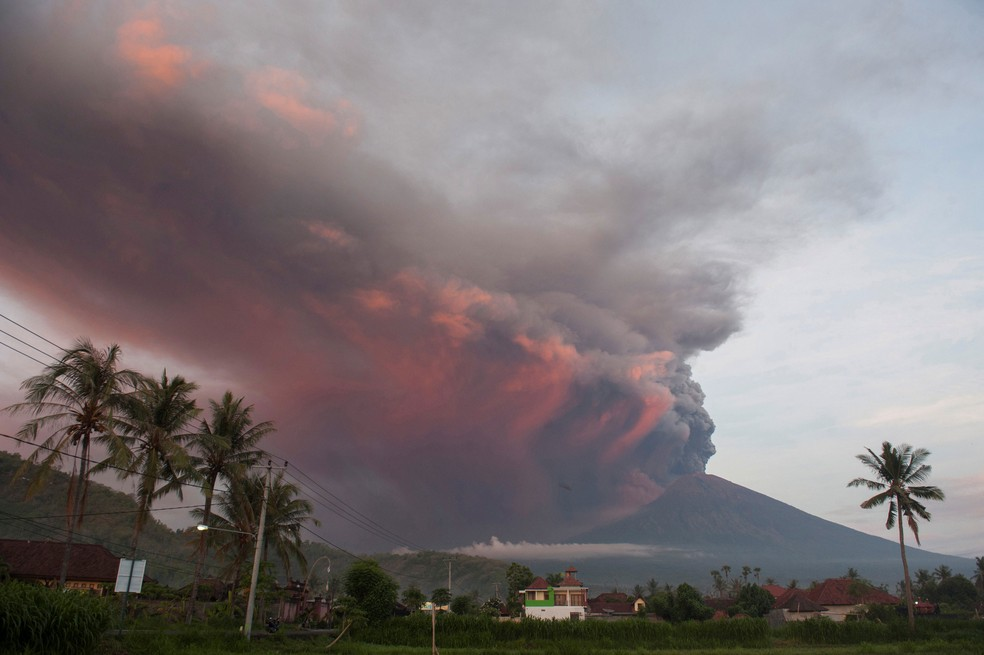 Vulcão Agung, no Bali, em atividade é fotografado a partir da vila de Culik, em Karangasem  (Foto: Antara Foto/Nyoman Budhiana/ Reuters)