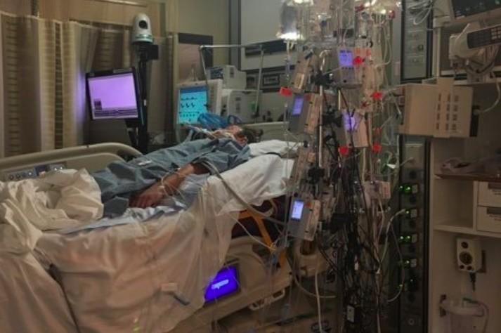 Andrew em coma no hospital (Foto: Reprodução)