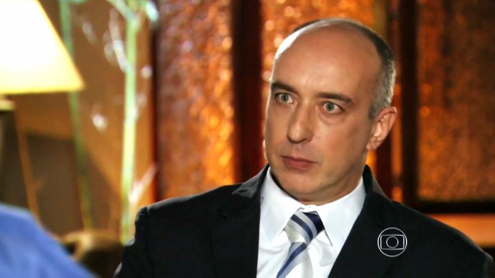 Erick diz a Alberto (Igor Rickli) que as chances são mínimas de ele conseguir a guarda da Laurinha - 'Flor do Caribe' — Foto: Globo