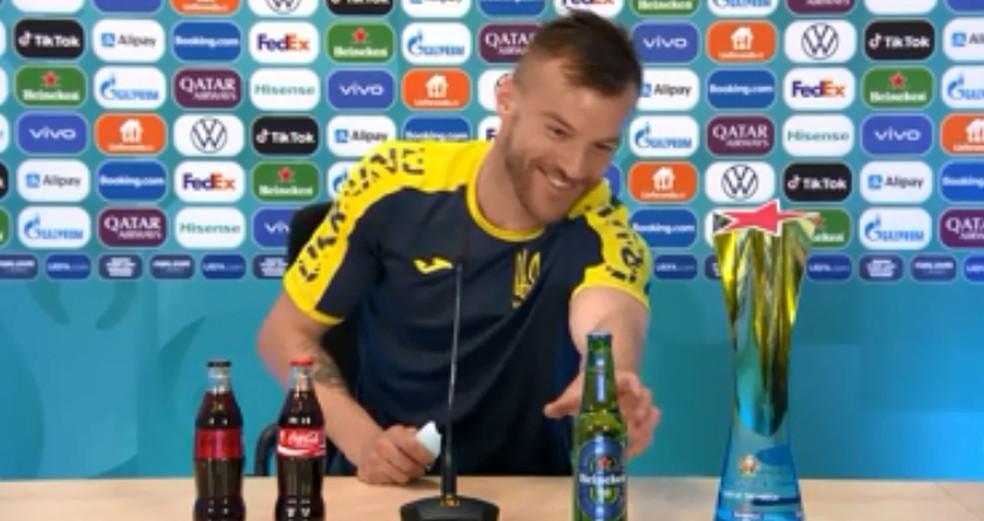 Yarmolenko brinca com patrocinadores da Euro — Foto: UEFA.COM