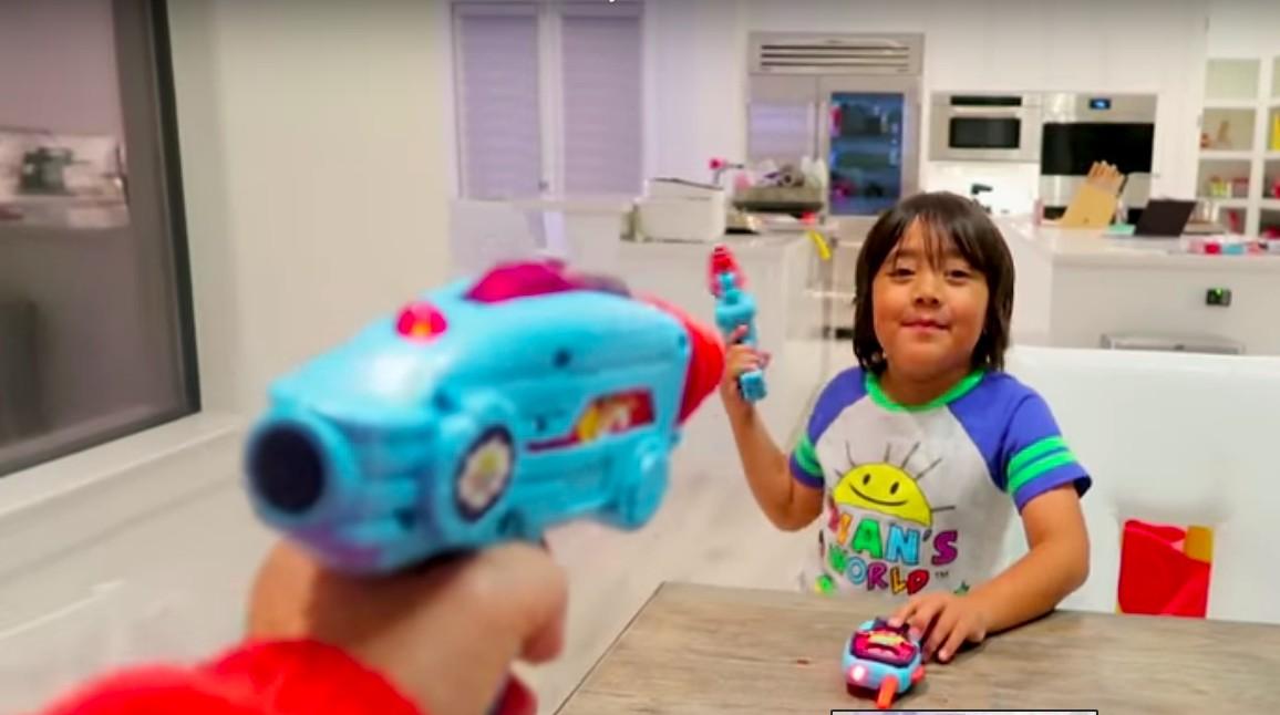 Ryan testa arma de laser de brinquedo (Foto: Reprodução)