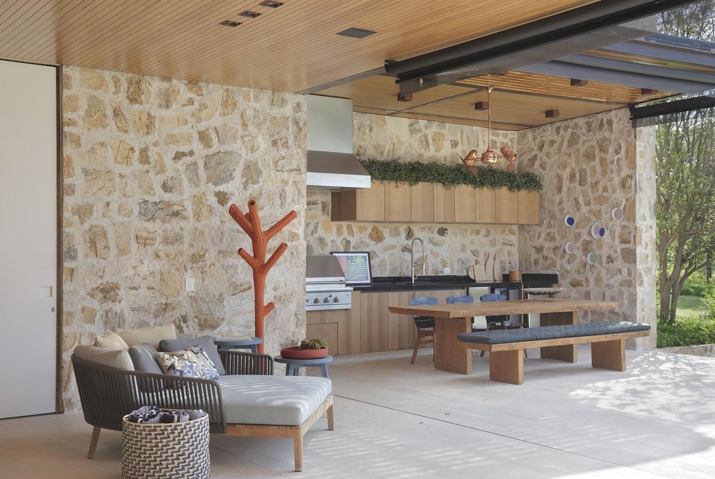 Bancada de granito em ambiente de área gourmet.