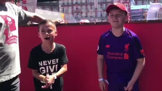 """Duelo de cantos e ruas """"vermelhas"""": torcidas de Liverpool e Tottenham dão show em Madri"""