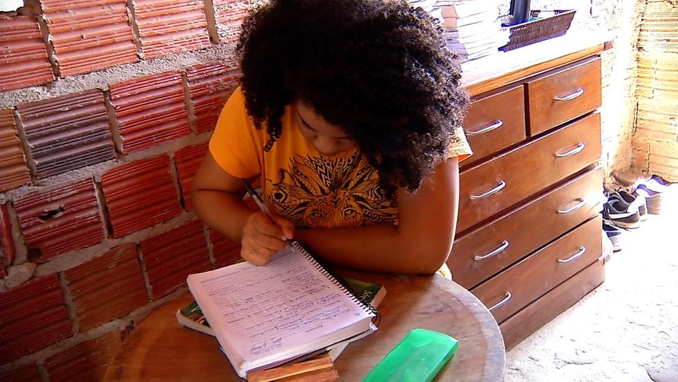 Raíssa Nascimento acordava às 7h para começar a estudar — Foto: Cleíldo Azevedo/Inter TV Cabugi