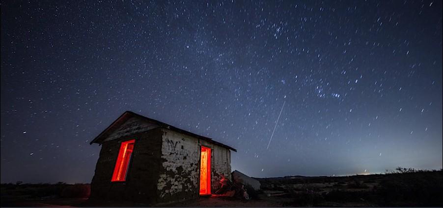 Uma rajada rápida de rádio (em inglês, FRB) é um fenômeno astrofísico de alta energia que se manifesta como um pulso de rádio (Foto: Reprodução/The Independent)