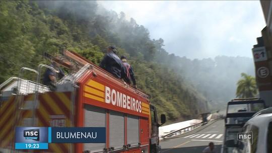Incêndio atinge vegetação no Centro de Blumenau