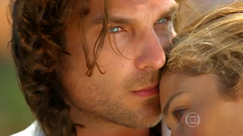 Alberto (Igor Rickli) aceita pedido de Ester (Grazi Massafera) para ocultar notícia de que Cassiano era um bandido, em 'Flor do Caribe' — Foto: Globo