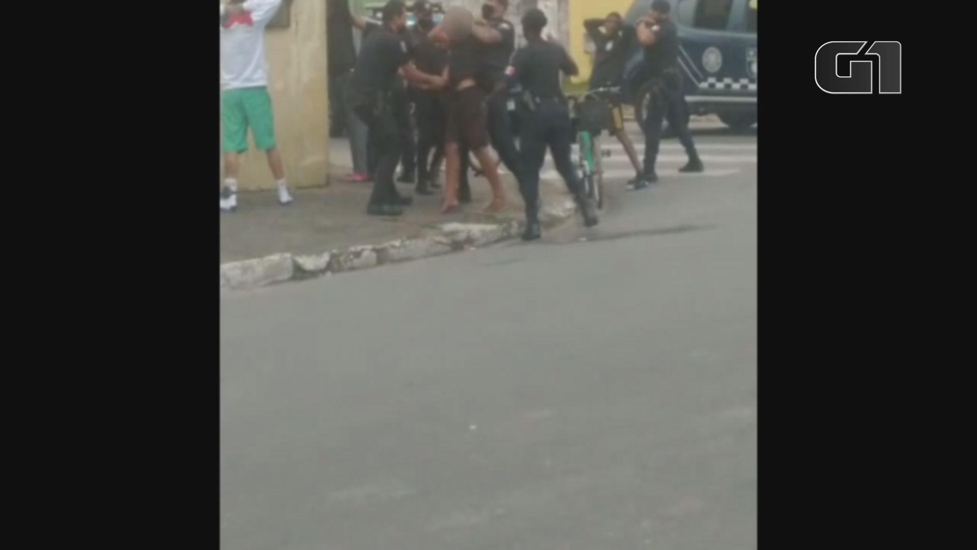 Guardas aplicam 'mata-leão' em jovem durante abordagem e revoltam população; VÍDEO