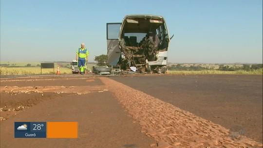 Colisão entre micro-ônibus e caminhão com madeira deixa 9 feridos em Guaíra, SP