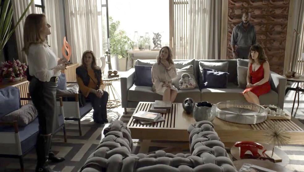 Sophia interrompe a conversa de Lorena e Nádia com Clara (Foto: TV Globo)