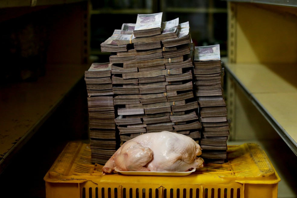 Imagem mostra quantos bolívares são necessários para comprar um frango na Venezuela: 14.600.000,00. (Foto: Carlos Garcia Rawlins/Reuters)