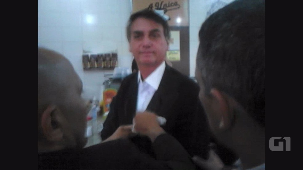 Após a ovada, aliados do deputado Jair Bolsonaro limpam o paletó do político. (Foto: Leonardo dos Santos/Portal Revide)