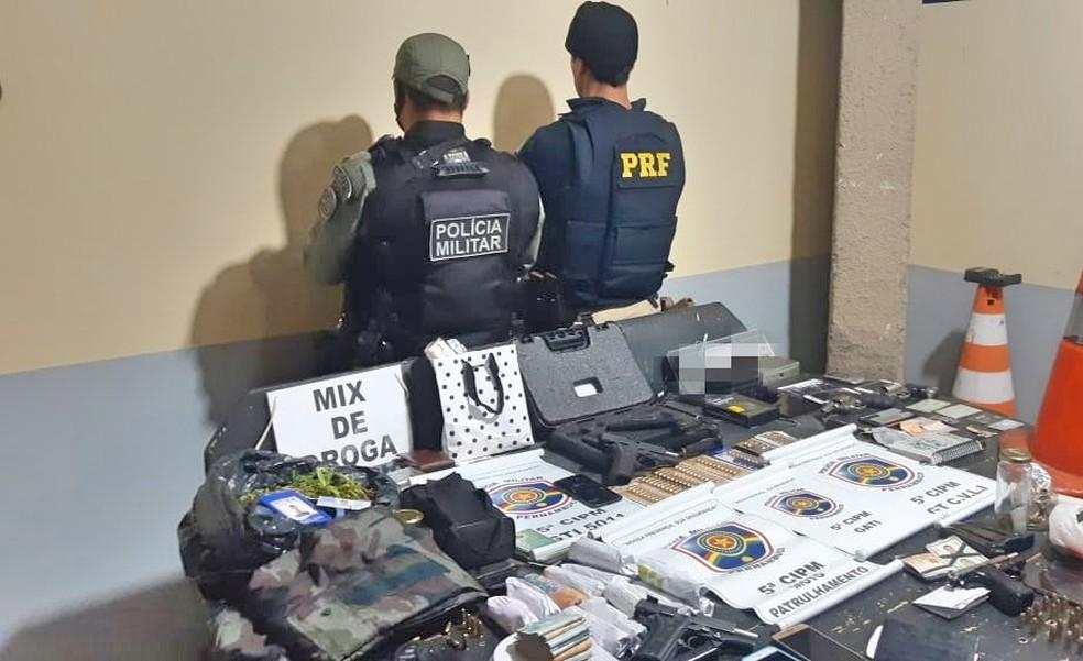 Na operação conjunta foram apreendidas armas, munições, droga, dinheiro e uma caminhonete roubada — Foto: Polícia Rodoviária Federal