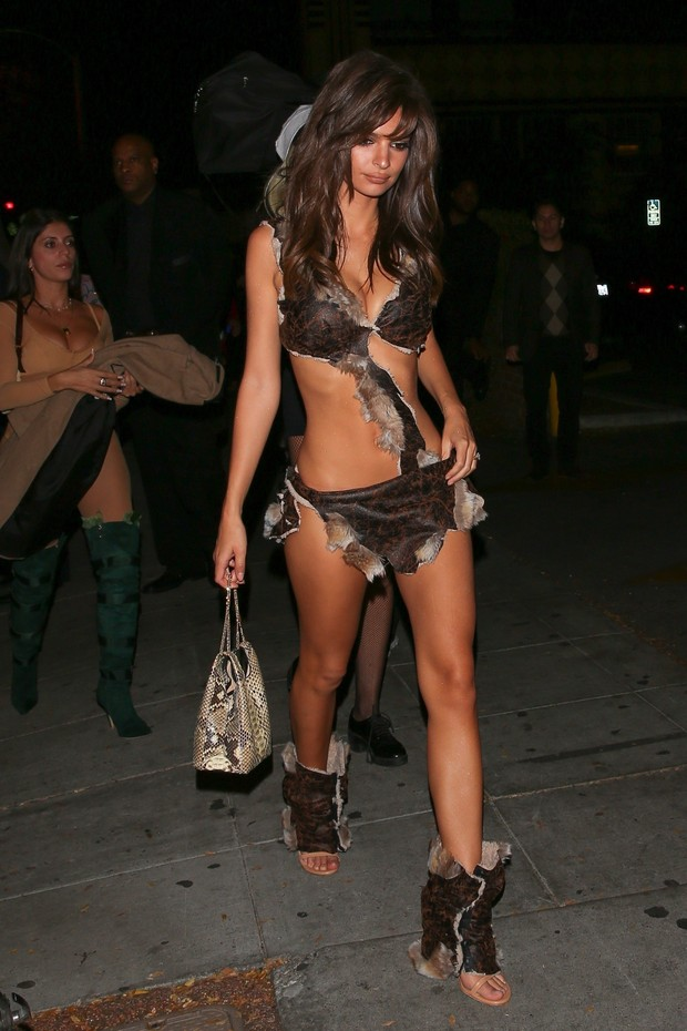 West Hollywood, CA  - Emily Ratajkowski leaves little to the imagination at Travis Scott's Halloween Bash at Delilah. She shows off her supermodel physique in the two piece sultry costume.Pictured: Emily RatajkowskiBACKGRID USA 31 OCTOBER 2018  (Foto: Maciel-Ngre / BACKGRID)
