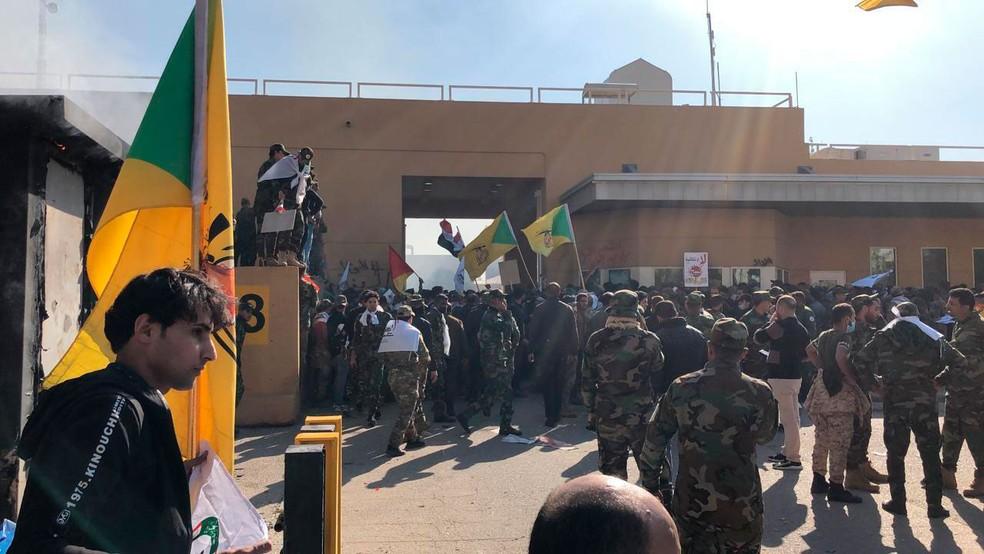Manifestantes fazem protesto na frente da embaixada dos Estados Unidos em Bagdá, no Iraque, nesta terça-feira (31)  — Foto: Qassim Abdul-Zahra/ AP