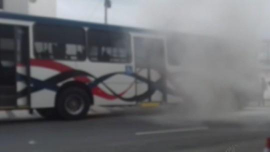 Ônibus pega fogo e passageiros desembarcam às pressas em Mogi