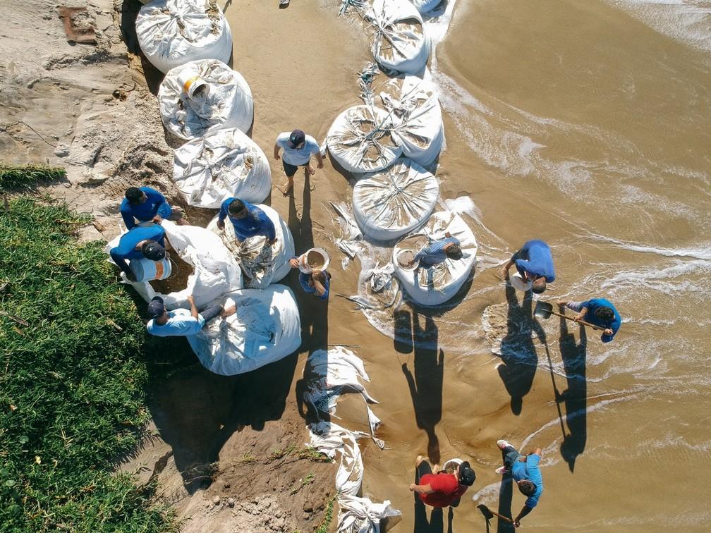Com risco de ressaca, prevista para no final de semana, moradores reforçaram aérea de contenção entre o mar e as propriedades.— Foto: Diogenes Pandini/NSC