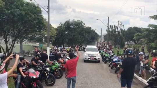 Casal morto em acidente em São Bento do Sapucaí é homenageado por motociclistas