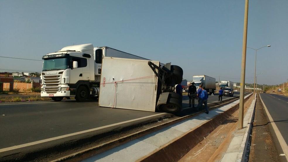 Metade da pista precisou ser interditada pela PRF (Foto: Claudemir Macedo/TV Anhanguera)
