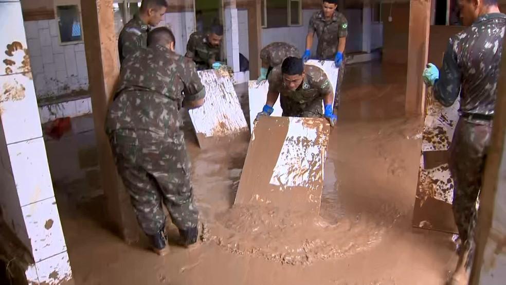 Limpeza em creche de Iconha feita com a ajuda dos militares do Exército — Foto: Reprodução/TV Gazeta