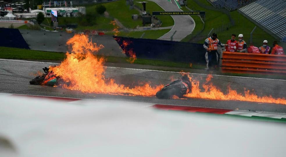 Motos de Dani Pedrosa e Lornzo Savadori pegaram fogo em acidente na MotoGP, na Estíria — Foto: Joe Klamar/AFP