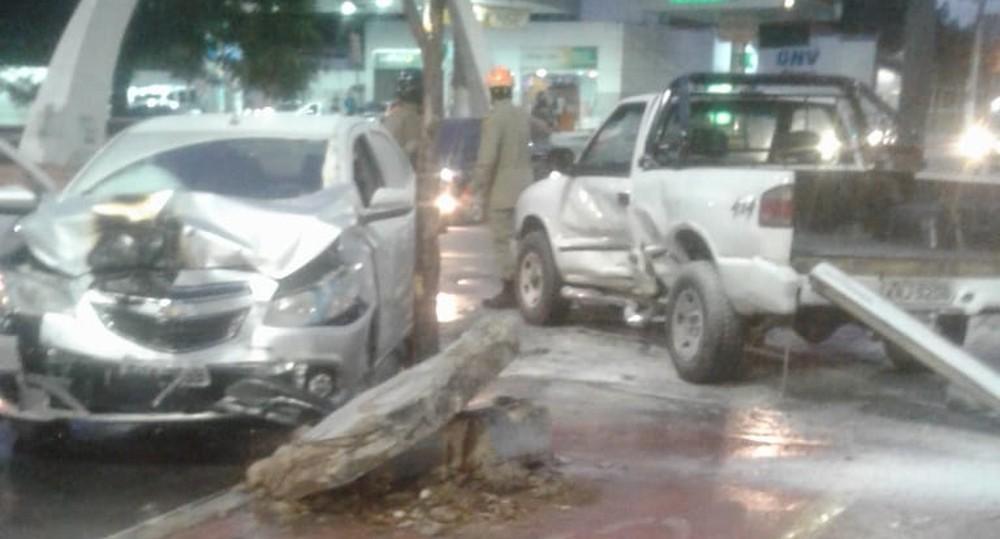 Motorista fica ferido em acidente entre dois carros no Centro de Campos, no RJ - Notícias - Plantão Diário