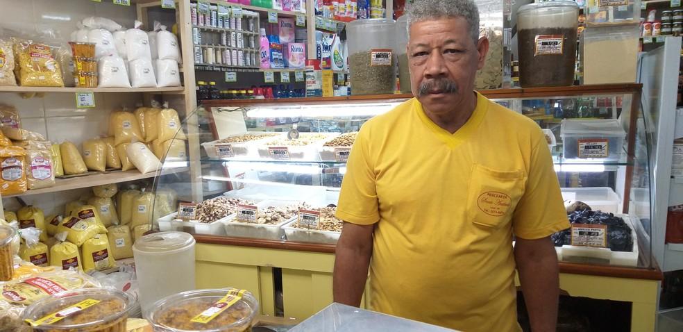 José Eustáquio Veríssimo trabalha na Mercearia Santo Antônio há mais de 30 anos — Foto: Alex Araújo/G1
