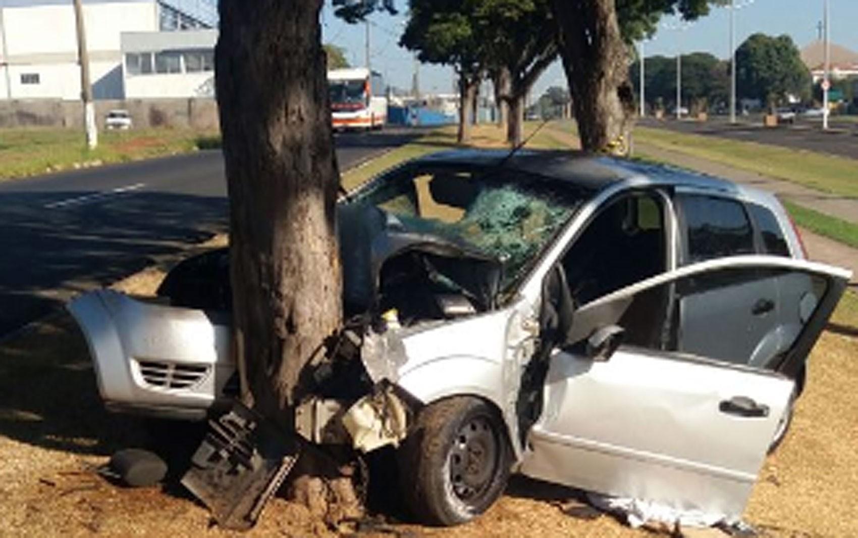 Duas pessoas morrem após colisão de carro contra árvore em Americana