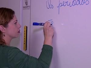Andressa é professora e vende produtos de beleza para poder pagar as contas (Foto: Reprodução/RBS TV)
