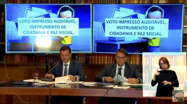 Bolsonaro durante live sobre voto impresso