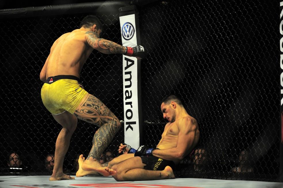 Elizeu Capoeira vibra diante de um nocauteado Luigi Vendramini no UFC São Paulo — Foto: Marcos Ribolli