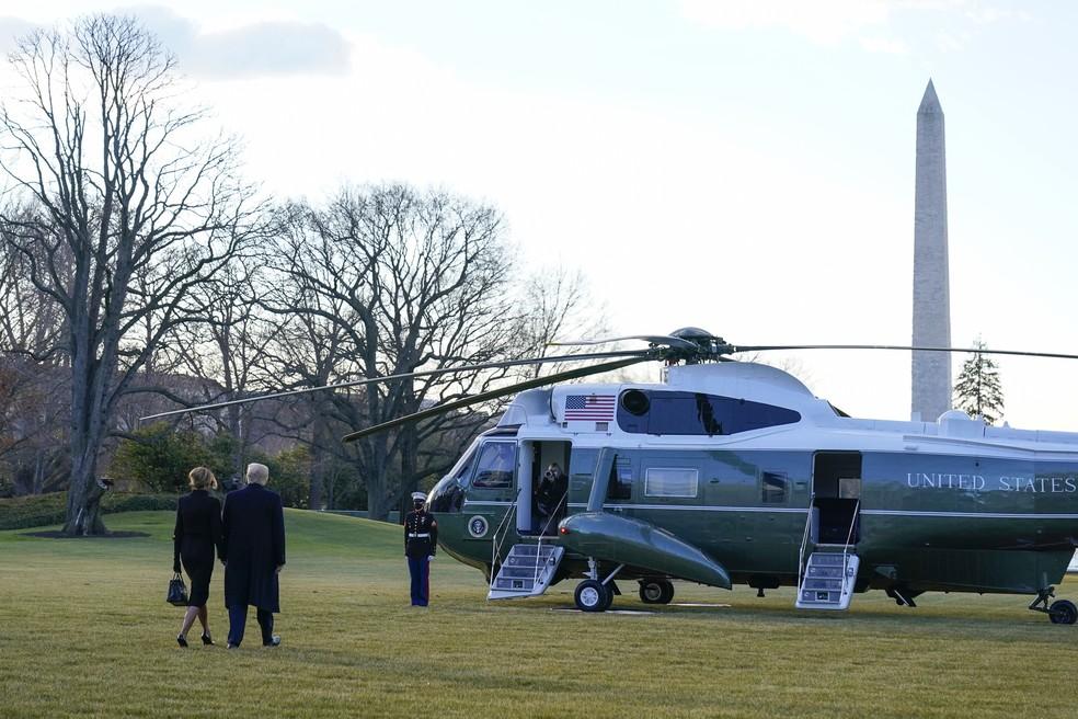 Presidente Trump e Melania Trump deixam a Casa Branca em 20 de janeiro de 2021 — Foto: Alex Brandon/AP