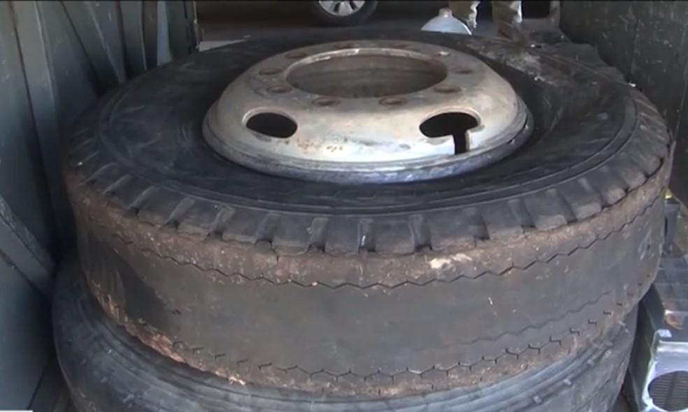 Pneus carecas de ônibus clandestino que foi apreendido em Juazeiro, no norte da Bahia — Foto: Reprodução/TV São Francisco