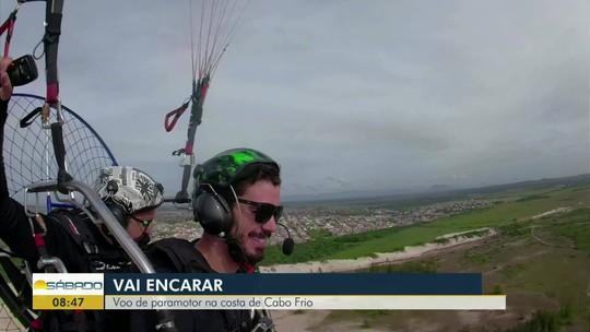 """""""Vai Encarar?"""" voa de paramotor na Praia das Conchas, um dos pontos turísticos de Cabo Frio"""