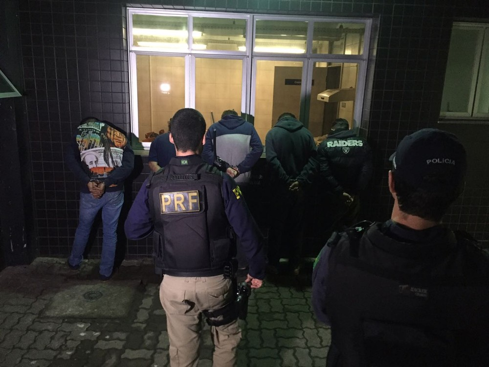 Suspeitos foram presos pela polícia em Canoas, durante a madrugada desta sexta-feira (Foto: Mateus Marques/RBS TV)