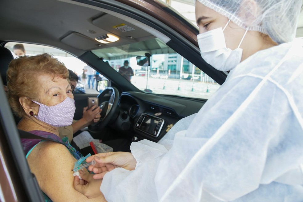 Idosos recebem a vacina por meio de drive-thru em Fortaleza. — Foto: Camila Lima/Sistema Verdes Mares