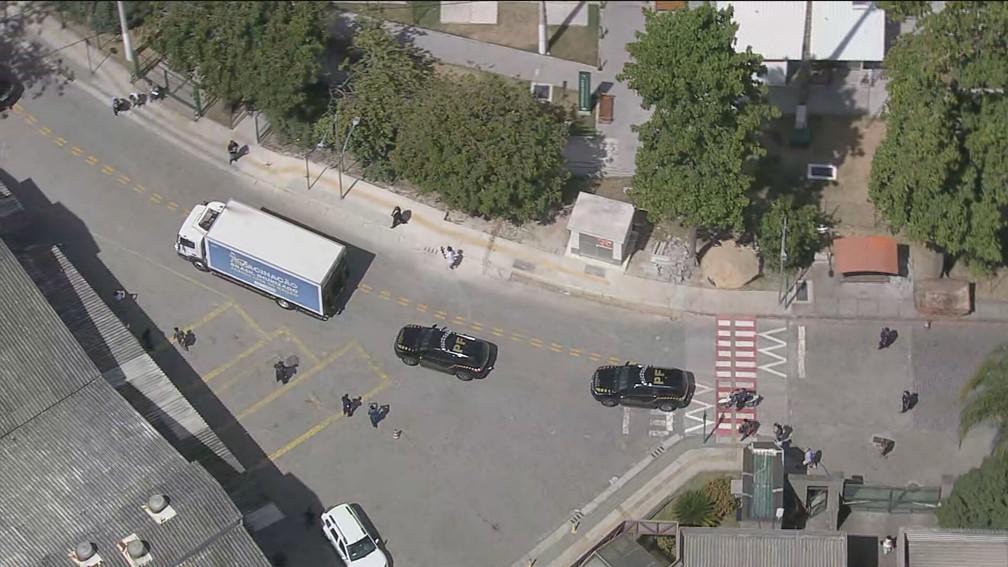 Polícia Federal escolta caminhão levando as doses da vacina de Oxford — Foto: Reprodução/TV Globo