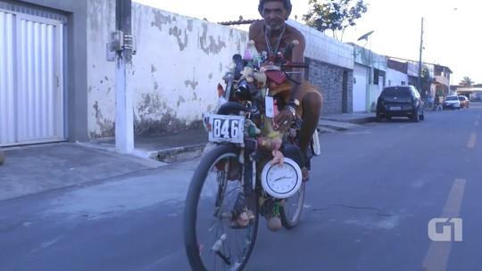 Homem decora bicicleta com mais de 100 objetos e chama atenção nas ruas de Maracanaú, no Ceará