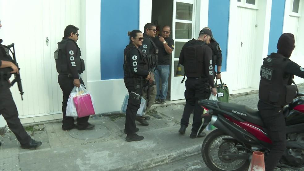 Documentos apreendidos na Operação Texugo foram levados para a sede do Departamento de Repressão ao Narcotráfico (Denarc), no Recife, nesta sexta-feira (22) — Foto: Reprodução/TV Globo