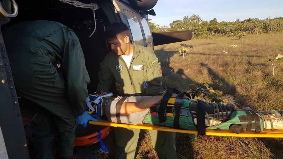 Piloto e copiloto foram resgatados após queda de avião na Serra do Mangaval, em Cáceres — Foto: FAB/Divulgação
