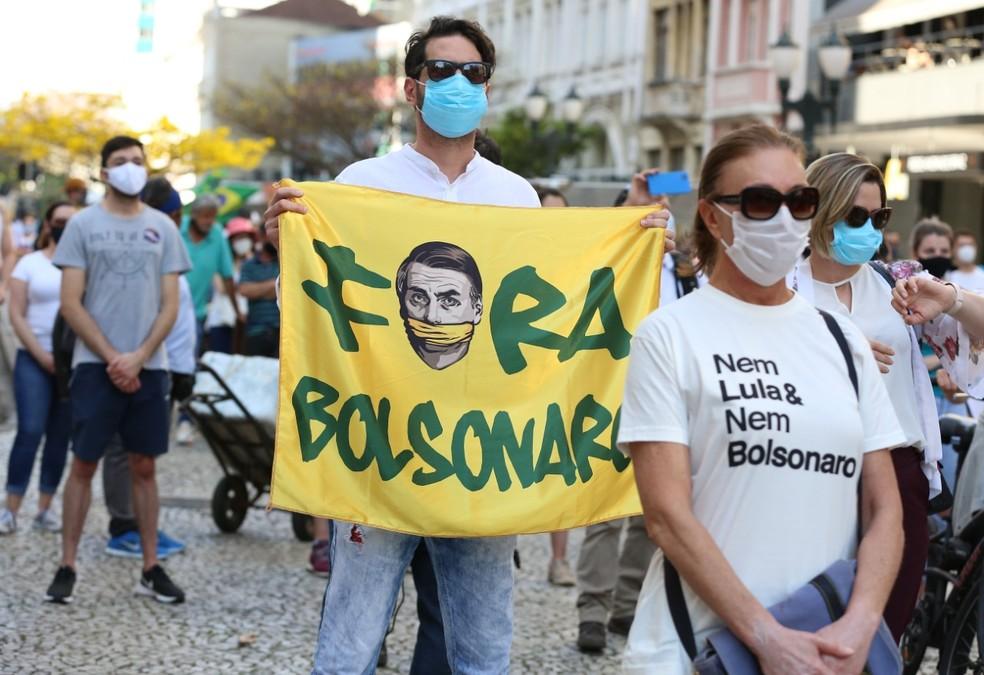 Grupo protestou contra o presidente Bolsonaro, no Centro de Curitiba — Foto: Giuliano Gomes/PRPress
