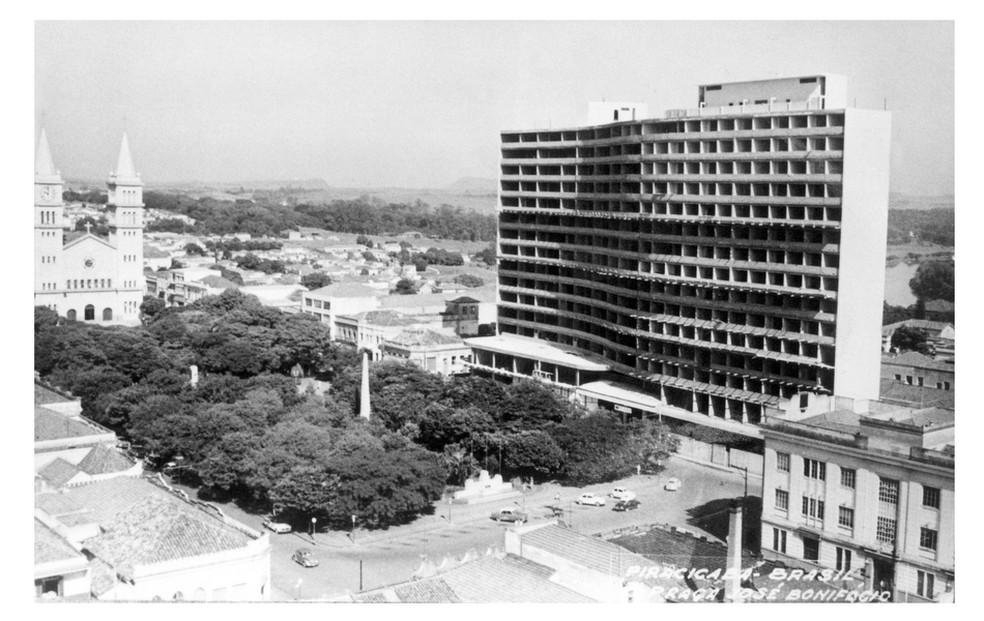 Imagem histórica da Praça José Bonifácio, no Centro, em construção — Foto: Acervo/Câmara de Vereadores de Piracicaba