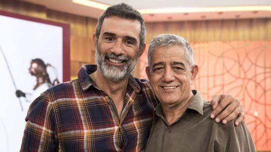 Marcos Pasquim impressiona por semelhança com o pai e se emociona com surpresa no 'Encontro'